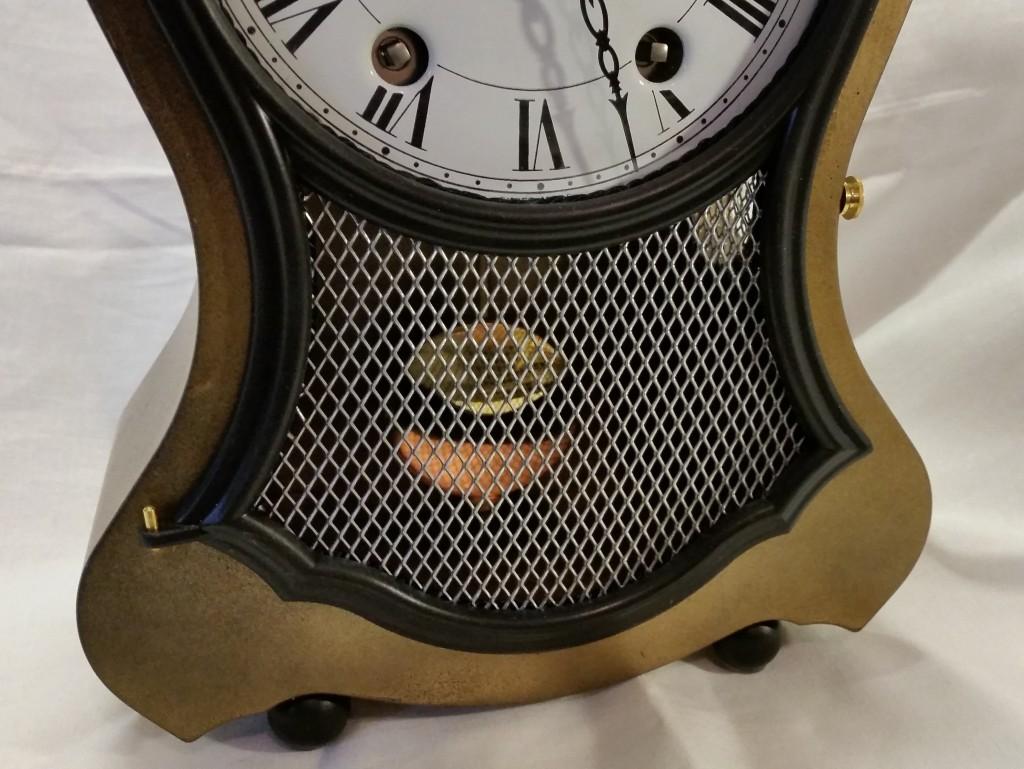 """Pendule Régence """"Bronze"""" vue sur le bas de la lunette et sa grille"""